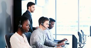 Εκτελεστικός εκπαιδευτής εξυπηρέτησης πελατών που ελέγχει την ομάδα της 4k φιλμ μικρού μήκους