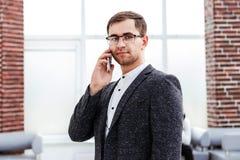 Εκτελεστικός επιχειρηματίας που μιλά στο τηλέφωνο κυττάρων του στοκ εικόνες