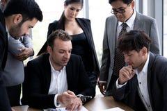Εκτελεστικός επιχειρηματίας στη συνεδρίαση της ομάδας με άλλο businesspeople στοκ εικόνα