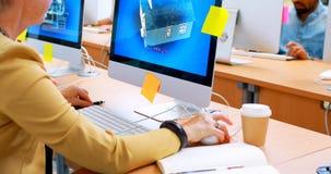 Εκτελεστικός χρησιμοποιώντας προσωπικός υπολογιστής γραφείου στο γραφείο 4k φιλμ μικρού μήκους