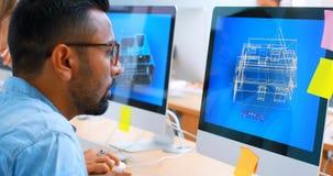 Εκτελεστικός χρησιμοποιώντας προσωπικός υπολογιστής γραφείου στο γραφείο 4k απόθεμα βίντεο