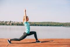 Εκτελεί τις ασκήσεις στην αποβάθρα Στοκ Φωτογραφίες