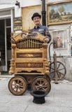 Εκτελεστής οδών και το παλαιό κιβώτιο μουσικής του στοκ φωτογραφία με δικαίωμα ελεύθερης χρήσης