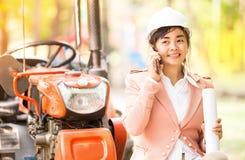 Εκτελεστική ασιατική γυναίκα μηχανικών που ελέγχει το εργοτάξιο οικοδομής Στοκ φωτογραφία με δικαίωμα ελεύθερης χρήσης