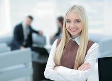 Εκτελεστική γυναίκα που παρουσιάζει γοητευτικό χαμόγελο μπροστά από τη κάμερα Στοκ Εικόνα