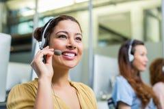 Εκτελεστική ομιλία εξυπηρέτησης πελατών χαμόγελου θηλυκή στην κάσκα στο γραφείο Στοκ φωτογραφία με δικαίωμα ελεύθερης χρήσης