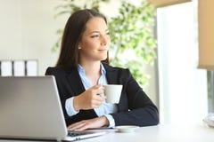 Εκτελεστική χαλάρωση στο γραφείο στοκ εικόνα με δικαίωμα ελεύθερης χρήσης