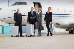 Εκτελεστικός διευθυντής που αφήνει το εταιρικό αεριωθούμενο αεροπλάνο στοκ εικόνα