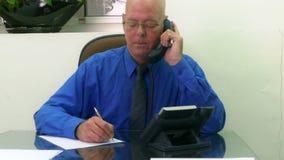 Εκτελεστικός στην αρχή στο τηλέφωνο που παίρνει τις σημειώσεις απόθεμα βίντεο