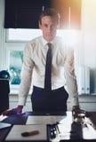 Εκτελεστικό επιχειρησιακό άτομο που στέκεται στο γραφείο στο γραφείο Στοκ εικόνα με δικαίωμα ελεύθερης χρήσης