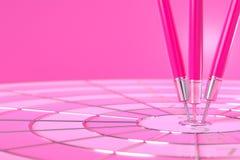 Εκτινάσσει το χτύπημα του ρόδινου χρώματος στο στόχο με το διάστημα αντιγράφων για το κείμενό σας, ελάχιστη έννοια διανυσματική απεικόνιση