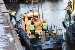 Εκτοξευτές εργαζομένων που γαντζώνονται στις σφεντόνες αλυσίδων οχημάτων Στοκ φωτογραφία με δικαίωμα ελεύθερης χρήσης