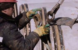 Εκτοξευτής στην εργασία Φορτίο Stroply Εργαζόμενος σε ένα κράνος στοκ φωτογραφία με δικαίωμα ελεύθερης χρήσης