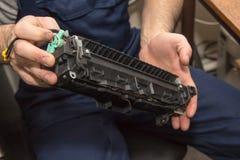 Εκτυπωτής λέιζερ επισκευής Στοκ εικόνα με δικαίωμα ελεύθερης χρήσης