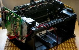 Εκτυπωτής λέιζερ που αποσυντίθεται με τα καλώδια και τη μητρική κάρτα Στοκ φωτογραφία με δικαίωμα ελεύθερης χρήσης
