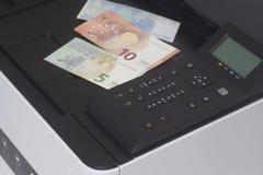 Εκτυπωτής με τα ευρο- χρήματα τραπεζογραμματίων στοκ φωτογραφία