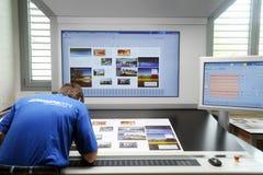 Εκτυπωτής που ελέγχει μια τυπωμένη ύλη που οργανώνεται στον πίνακα Στοκ εικόνες με δικαίωμα ελεύθερης χρήσης