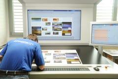 Εκτυπωτής που ελέγχει μια τυπωμένη ύλη που οργανώνεται στον πίνακα Στοκ Εικόνες