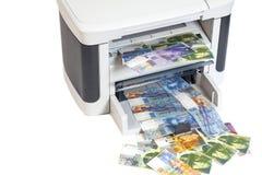 Εκτυπωτής που τυπώνει τα πλαστά ελβετικά φράγκα, νόμισμα της Ελβετίας Στοκ εικόνες με δικαίωμα ελεύθερης χρήσης