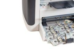 Εκτυπωτής που τυπώνει τους πλαστούς λογαριασμούς δολαρίων Στοκ Φωτογραφία