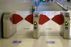 Εκτός λειτουργίας έξοδος παρόδων του σταθμού υπόγειων τρένων στο διεθνή αερολιμένα Στοκ Εικόνες