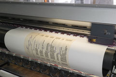 Εκτύπωση μιας αφίσας επιλογών από τον εκτυπωτή Inkjet Στοκ φωτογραφία με δικαίωμα ελεύθερης χρήσης