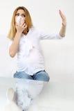 Εκφοβισμένη έγκυος γυναίκα με την προστατευτική μάσκα Στοκ φωτογραφία με δικαίωμα ελεύθερης χρήσης