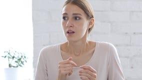 Εκφοβισμένη όμορφη γυναίκα που συγχέεται και που ανατρέπεται από τα προβλήματα Στοκ Φωτογραφία