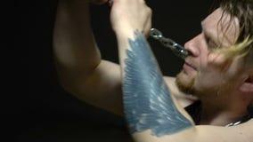 Εκφοβισμένος αιχμάλωτος που προσπαθεί να σπάσει τις αλυσίδες απόθεμα βίντεο