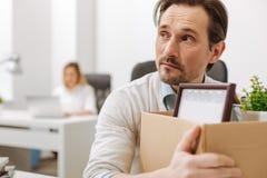Εκφοβισμένος απολυθείς υπάλληλος που κρατά το κιβώτιο στο γραφείο Στοκ φωτογραφίες με δικαίωμα ελεύθερης χρήσης