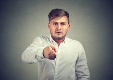 Εκφοβισμένος νεαρός άνδρας που δείχνει στη κάμερα Στοκ φωτογραφία με δικαίωμα ελεύθερης χρήσης