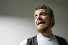 Εκφοβισμένο άτομο με τα κόκκινα χρωματισμένα μάτια Στοκ Φωτογραφία