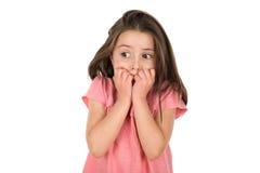 Εκφοβισμένο κορίτσι που εξετάζει κάτι που την φόβισε στοκ εικόνες με δικαίωμα ελεύθερης χρήσης