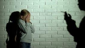 Εκφοβισμένο παιδί που καλύπτει τα μάτια, καπνίζοντας τσιγάρο σκιών γονέων, εθισμός στα ναρκωτικά στοκ φωτογραφία με δικαίωμα ελεύθερης χρήσης