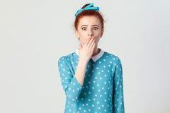 Εκφράσεις και συγκινήσεις ανθρώπινου προσώπου Θηλυκό στην απελπισία και τον κλονισμό Το νέο redhead κορίτσι μέσα, πανικός, κάλυψε Στοκ φωτογραφία με δικαίωμα ελεύθερης χρήσης