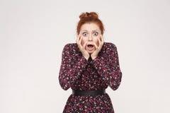 Εκφράσεις και συγκινήσεις ανθρώπινου προσώπου Redhead γυναίκα που κραυγάζει τα WI στοκ εικόνες