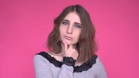 Εκφράσεις και συγκινήσεις προσώπου Το στοχαστικό νέο χέρι εκμετάλλευσης γυναικών κάτω από το κεφάλι της σκέφτεται απόθεμα βίντεο