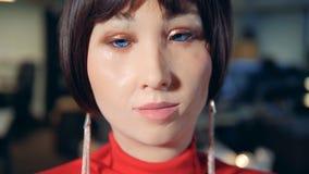 Εκφράσεις του προσώπου ενός καλυμμένου θηλυκού ρομπότ στενό σε έναν επάνω απόθεμα βίντεο