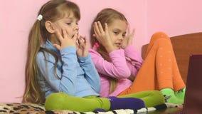 Εκφράσεις των παιδιών που κοιτάζουν στην οθόνη lap-top φιλμ μικρού μήκους