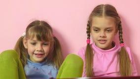Εκφράσεις των παιδιών που κοιτάζουν στην οθόνη lap-top απόθεμα βίντεο