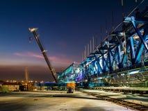 Εκφράστε το εργοτάξιο οικοδομής τρόπων στο λυκόφως στοκ φωτογραφία