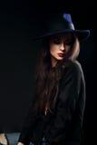 Εκφραστική θηλυκή πρότυπη τοποθέτηση makeup στο μαύρο πουκάμισο και κομψός Στοκ εικόνα με δικαίωμα ελεύθερης χρήσης