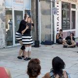 Εκφραστικοί εκτελεστές που κρατούν τα βιβλία Στοκ Φωτογραφίες