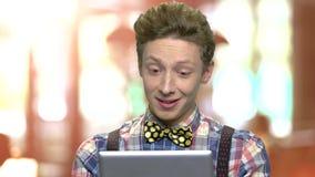 Εκφραστικός έφηβος που έχει την τηλεοπτική συνομιλία απόθεμα βίντεο