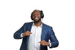 Εκφραστικός αμερικανικός διευθυντής afro με τα ακουστικά στοκ εικόνα