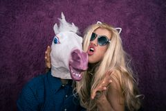 Εκφραστικός ξανθός με τον παράξενο τύπο Ασυνήθιστοι άνθρωποι Στοκ Φωτογραφία