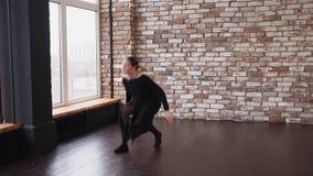 Εκφραστικός σύγχρονος χορός του νέου ballerina στο δωμάτιο ύφους σοφιτών φιλμ μικρού μήκους