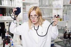 Εκφραστικός φοιτητής Ιατρικής στο εργαστήριο στοκ φωτογραφία