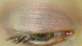 Εκφραστικό θηλυκό μάτι που εξετάζει τη κάμερα φιλμ μικρού μήκους