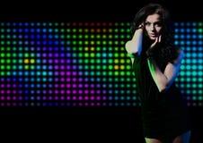 Εκφραστικό κορίτσι μόδας που χορεύει στο φως disco στοκ εικόνες